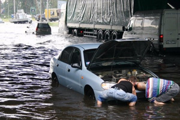 Вода попадает на картер пар под капотом