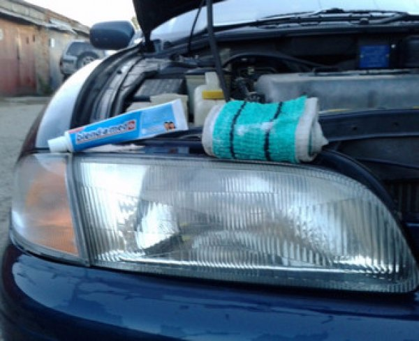 Полируем автомобильные фары зубной пастой
