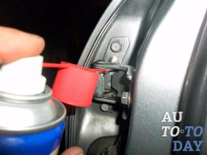 Чем смазать петли в авто